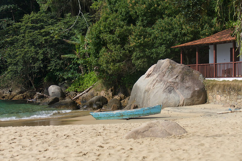 brazil-paraty-boat-at-praia-vermehla-copyright-pura-aventura-thomas-power
