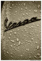 Vesparain (Matías Brëa) Tags: marca moto mitica gotas drops agua lluvia rain calle street streetphotography virado monocromo monochrome palabra letras logo