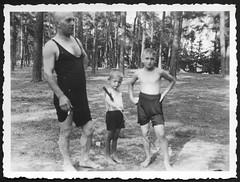 """Archiv N034 Vater mit Buben, """"August 1933"""" (Hans-Michael Tappen) Tags: archivhansmichaeltappen vater jungen buben stock outdoor badekleidung freizeitkleidung freizeit 1933 landschaft barfus barefoot 1930s 1930er"""