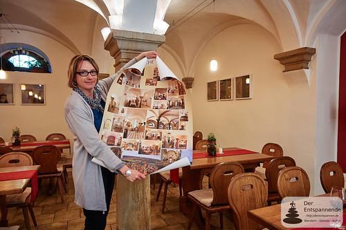 Katrin Mohr mit dem Fotoposter der Kuhkapellen