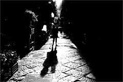 na_022 (la_imagen) Tags: sw bw blackandwhite siyahbeyaz monochrome street streetandsituation sokak streetlife streetphotography strasenfotografieistkeinverbrechen menschen people insan light shadow licht schatten gölge işik napoli naples neapel italy italia italien italya quartierispagnoli