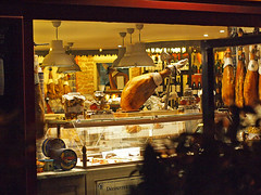 Jambon espagnol (kama17) Tags: restaurant espagnol spanish jamon jambon epl1 olympus rokkor vitrine épicerie night nuit