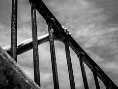 Tiens bon la rampe. (francis_bellin) Tags: vendredi olympus 2017 noiretblanc rampe chaleur ciel escaliers mains hérault montpellier promenadedupeyrou juin marie