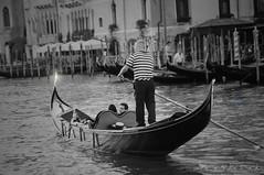 Gondolier ... ( P-A) Tags: gondolier gondole embarcation venise italie romantisme amour charme histoire roman rêve visiteurs touristes nbgrandcanal pontdurialto cinéma mortàvenise photos simpa©