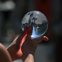 La lumière d'un monde à l'envers ... (Pi-F) Tags: boule cristal équilibre jongleur paris france réflection réfraction lumière rue jeu vue spectacle endroit envers