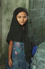 pretty muslim child (the foreign photographer - ฝรั่งถ่) Tags: pretty muslim moslem child girl head covering khlong thanon portraits bangkhen bangkok thailand canon kiss rohingya