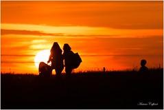 Ombre et lumière (TonioSkipper) Tags: coucherdesoleil sunset gold or goldenhour heuredorée famille ombre lumière canon canon70300mm contrejour shadows beauty chaleur apaisant cosy borddemer littoral coast family happiness feelgood sun relaxing 300mm personnes people