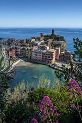 Vernazza (oliver.kratzke) Tags: italy italia italien ocean cinqueterre 5terre vernazza spring flowers naturalframing