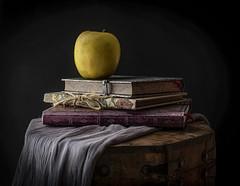 Libros con manzana (JACRIS08) Tags: