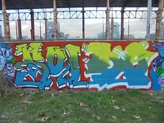 801 (en-ri) Tags: soldo giallo indaco arrow rosso torino wall muro graffiti writing parco dora