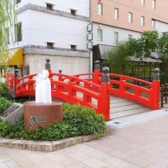 はりまや橋  高知市 よさこい節でも歌われている江戸時代に堀川に架けられた私設の橋。 川は埋め立てられたが、橋は復元され、純信・お馬のモニュメントも設置されています。 Harimaya Bridge, Kochi, Japan. A private bridge bridged by the Horikawa during the Edo period, which is also sung in the Yosakoi-Bushi folk song. Although the river was la