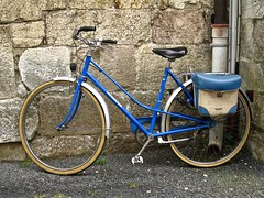 1970s MOTOBÉCANE Ladies Bicycle (ClassicsOnTheStreet) Tags: motobecane ladiesbicycle 70s 1970s fiets fahrrad bike bicycle velocypède bicycleta damesfiets classic veteran klassieker gespot spotted villefranchedeconflent pyrénéesorientales ruesaintjacques fr frankrijk france 2017 straatfoto streetphoto streetview strassenszene straatbeeld classicsonthestreet vélo pyrésport