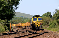 66512 - Wistanstow (Andrew Edkins) Tags: class66 66512 wistanstow shropshire england uk freighttrain ballast freightliner shed diesel summer 2017 june railwayphotography geotagged canon curve bluesky trees footcrossing landscape