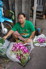 orchid vendor getting ready for business (the foreign photographer - ฝรั่งถ่) Tags: dscsep52015sony orchid vendor street khlong lat phrao portraits woman bangkhen bangkok thailand sony rx100