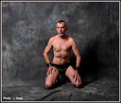 Photographe - Jacques Snap (Phoenix Blue Parangon) Tags: masculin mâle man tatoo tatouage cuir leather intérieur