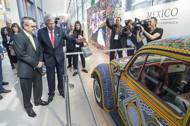 Gerardo Ruíz Espárza presenting the Mexican Pavilion to José Viegas