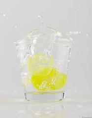 SUJET | Eau Explosion (BlandineD. Photographe) Tags: eau explosion verre glaçon jaune studio cyclo fond bland nikon interieur