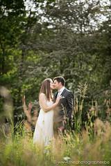 Een prachtige huwelijksshoot in een park (yvesrecour) Tags: bruid bruidegom gras huwelijk koppel koppelshoot park trouw
