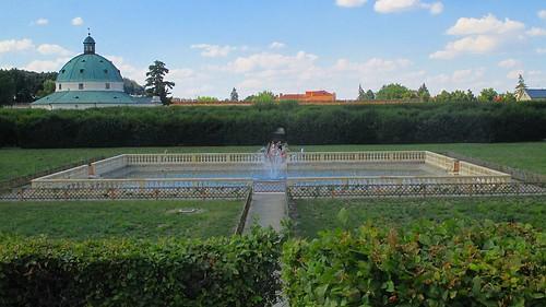 Pohled na fontánu z kopce