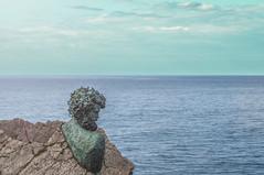Philippe Cousteau, obra de Vicente Menéndez-Santarúa Prendes (@pabloralonso) Tags: busto museodeanclas salinas castrillon asturias santarua mar sea ocean pentax ngc arte bronce mirandoalmar recuerdo homenaje nature sky clouds blue escultura philippecousteau art
