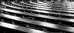 rolling (ToDoe) Tags: sanftgeschwungen chairs stühle curves kurven bw schwarzweis schwarzweiss monochrome auditorium