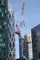 Girafes (.urbanman.) Tags: défense tours verre vitre reflets grues travaux ladéfense vitres vertical verticalité vert rouge bleu croisillons girafe métallique
