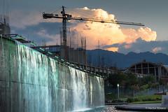Paseo Santa Lucía, Monterrey N.L. (H. J. OROZCO) Tags: paseo santa lucia monterrey cascada fuente noctura cielo rojo belolo atardecer grua crane sunset