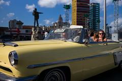 Cuba - Malecón Tourists (In.Deo) Tags: cuba havana malecón street classiccar