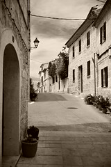 Alcudia, Carrer de la Rocca (M. Schirmer Berlin) Tags: mallorca aludia oldtown altstadt chamois monochrome balearen spanien schwarzweis carrer de la rocca urlaub holiday