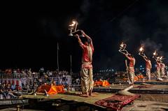 En honor a la madre Ganges (Nebelkuss) Tags: india uttarpradesh varanasi benarés asia ceremonia ceremony rio river ganges ghats fuego fire sacerdote priest fujixpro1 fujinonxf23f14 gangaaarti namaste