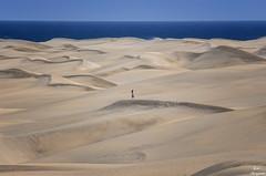 Sola... (Leo ☮) Tags: dunas arena sand mar sea mayo may chica woman dunes soledad loneliness viento wind cielo sky blue azul silencio silence maspalomas grancanaria