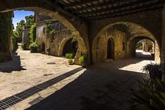 Arcos en las calles de Monells (allabar8769) Tags: girona monells soportales