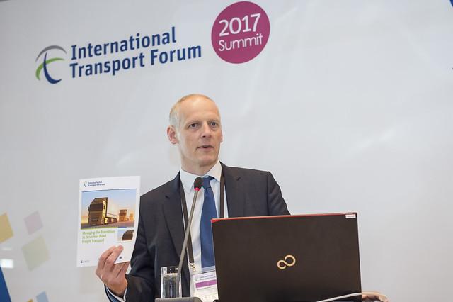 Michael Kloth presenting the report