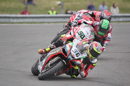 Leandro Mercado leads Eugene Laverty in World Superbikes at Donington Park, May 2017