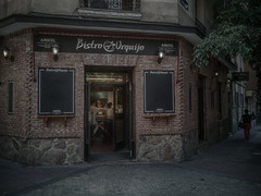 Bistro (felipe_gabaldon) Tags: madrid spain huawei huaweip10 city cityscape bar tavern bistro corner sunset lamps chamberí