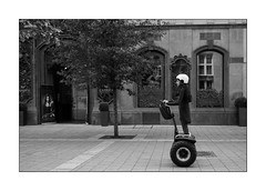 on the move [Budapest tourists] (Istvan Penzes) Tags: leicammonochromtyp246 leicasummicron35mmv1 penzes manualfocus rangefinder availablelight handheld bw black white budapest street