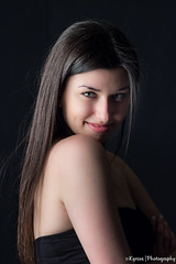 Thenia (kyrsos.) Tags: strobe onelight portrait girl young long hair flashphotography smile people