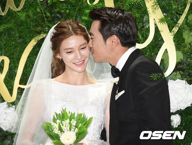 Jang Geun Suk, Hoa hậu Park Si Yeon cùng loạt sao Hàn khoe ảnh trong đám cưới mỹ nhân phim Mười - Ảnh 10.