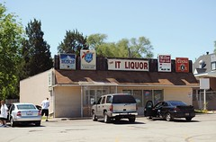 It Liquors, Rockford Illinois (Cragin Spring) Tags: illinois il midwest unitedstates usa unitedstatesofamerica liquor liquorstore sign liquors rockford rockfordillinois rockfordil building itliquors beer beersign oldstyle