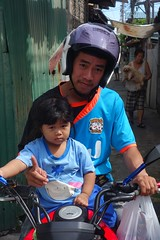 father and daughter (the foreign photographer - ฝรั่งถ่) Tags: dscsep52015sony father daughter motorcycle helmet khlong lat phrao portraits bangkhen bangkok thailand sony rx100