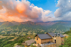 _Y2U9717.0617.Lao Chải.Sapa.Lào Cai. (hoanglongphoto) Tags: asia asian vietnam northvietnam northwestvietnam landscape scenery vietnamlandscape vietnamscenery vietnamscene morning sunrise sky cloud clouds mountain flankmountain valley house home hdr canon canoneos1dx zeissdistagont3518ze tâybắc làocai sapa laochải phongcảnh buổisáng bìnhminh phongcảnhsapa sapabuổisáng bìnhminhsapa bầutrời mây núi sườnnúi thunglũng ngôinhà nócnhà bluessky bầutrờixanh