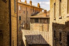 di case , di comignoli e di tetti ... (miriam ulivi) Tags: miriamulivi nikond7200 italia toscana cortona tetti roofs case houses lampione lamp finestre windows
