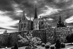 palacio de Gaudí, Astorga, León (phooneenix) Tags: palacio episcopal gaudi astorga león castillayleón blackandwhite blancoynegro