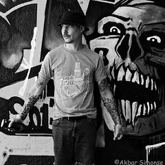 STEEN (Akbar Simonse) Tags: denhaag thehague agga holland netherlands nederland graffiti streetart spraycan spuitbus streetphotography streetshot straatfotografie straatfoto zwartwit bw blancoynegro bn monochrome akbarsimonse hoed hat tattoos tatoeages square vierkant steen artist