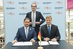 Maxim Nohroudi and Olaf Heinrich signing the MoU with Alexander Dobrint