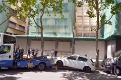 GRUA MUNICIPAL REMOLCANT UN COTXE (Yeagov_Cat) Tags: 2017 barcelona catalunya grua gruamunicipal cotxe passeiglluíscompanys passeigdelluíscompanys