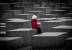 La niña del abrigo rojo *explore* (Monica Fiuza) Tags: berlín viaje lalistadeschindler schindlerlist niña monumentoalosjudíosdeeuropaasesinados