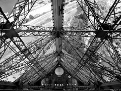 Tour Eiffel-Estructura interior (ester68) Tags: torreeiffel france frança francia paris toureiffel noiretblanc bn bw