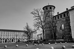 IMG_1049 (kevindalb) Tags: italia italie 2017 piemonte piedmont piemont torino bianco nero black white blanc noir bw piazza castello piazzacastello
