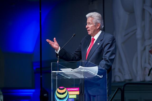 Gerardo Ruíz Espárza addressing the attendees